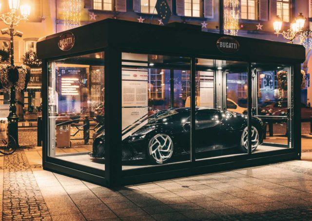 Bugatti La Voiture Noire w świątecznej dekoracji