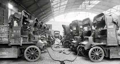 Tak wyglądała stacja ładowania dostawczych samochodów elektryczny w 1900 roku ⤵⤵⤵  Wbrew obiegowej…