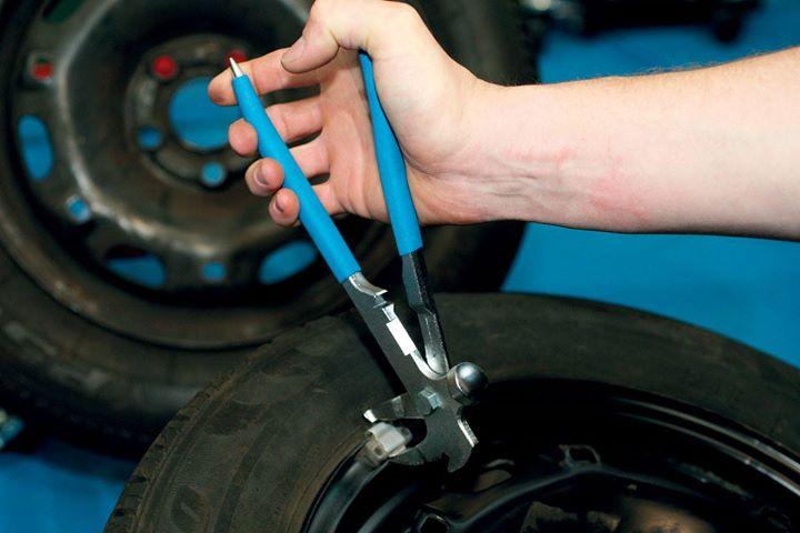 Przestrzegaliśmy Was, aby przy okazji wymiany opon zwrócić uwagę, jakich odważników mechanik używa…