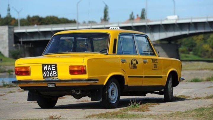 PRL jeszcze mocno siedzi w kierowcach  Żółte TAXI 1313 poszło pod młotek w jednej z kultowych scen…