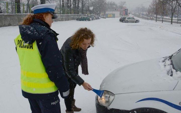 Za nieodśnieżony samochód dostaniesz 6 pkt karnych i mandat  Jego wysokość zależy od subiektywnej…