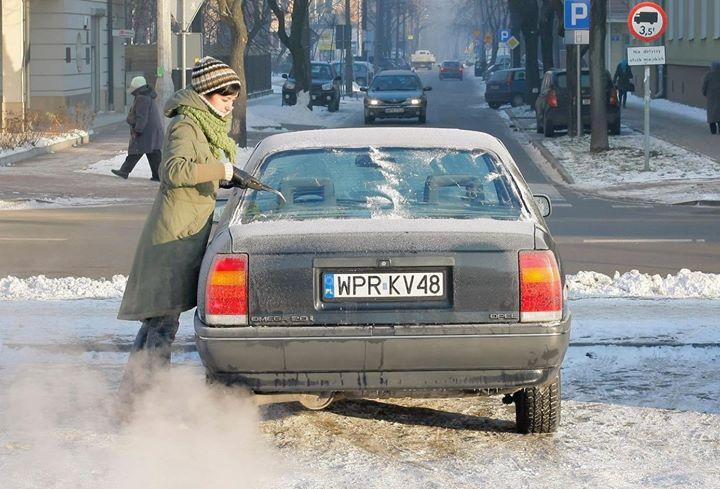 Odśnieżam i mam włączony silnik, żeby olej się rozgrzał   …i mam w nosie ekologów i policjantów!…