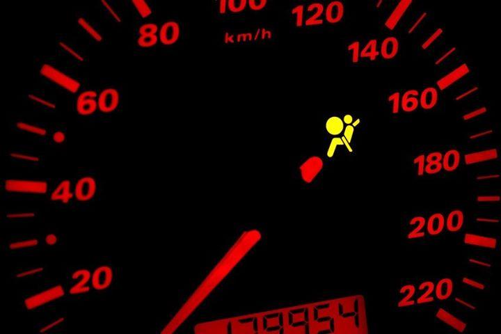 Dlaczego zaświeca się kontrolka poduszki powietrznej❓  Część kierowców bagatelizuje zapaloną…