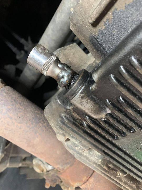 Gdzie się podział klucz do korka spustowego?! I po kłopocie…  #ProfiAuto #klucz #korek #olej…