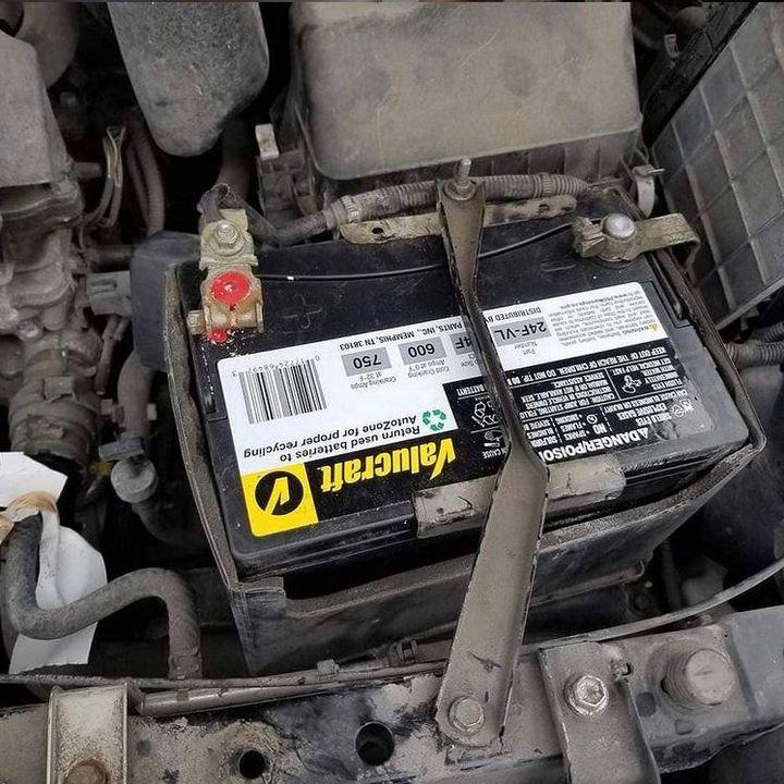 🤔Nowa bateria, a samochód dalej nie odpala. Czy problemem mogą być zaśniedziałe klemy❓  #ProfiAuto…