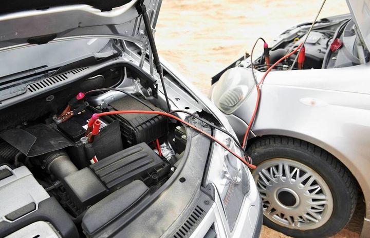 Rano część kierowców odpalało swoje maszyny za pomocą kabli. Niestety nie wszyscy robią to…
